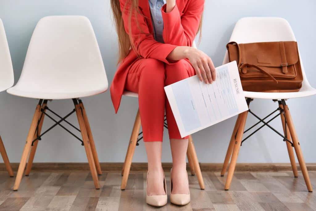 Jeune femme avec son CV avant entretien